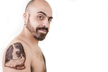 uomo moro tatuato