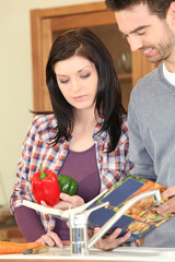 Jeune couple faisant la cuisine