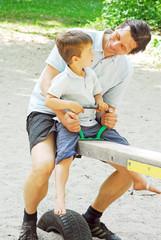 Vater und Sohn auf Wippe