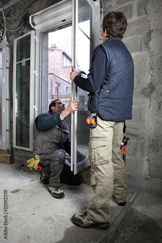 Ouvriers sur chantier maison en construction