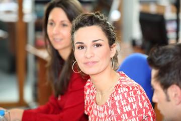 Portrait d'une jeune femme au bureau
