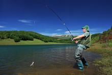 Wędkarstwo rybak na jeziorze Mavrovo, Macedonia