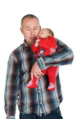 Schlafender Vater mit Baby im Arm