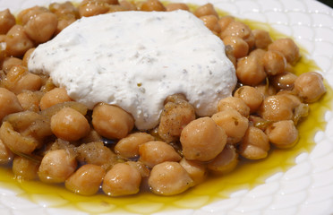 Chick-peas and a white dip, ready to serve