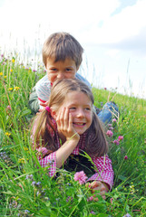 Bruder und Schwester auf Almwiese