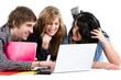 Jeunes avec ordinateur
