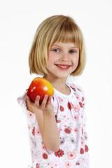 blondes Mädchen mit Apfel 2