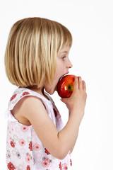 blondes Mädchen mit Apfel