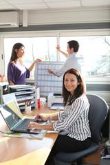 Femme d'affaires souriante au bureau