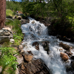 Cascata di fiume di alta montagna n italia d'estate