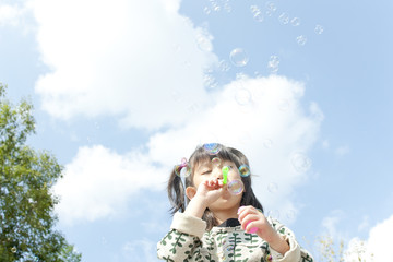 シャボン玉で遊ぶ女の子