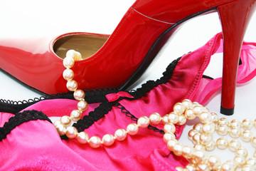 Stiletto, Slip und Perlen