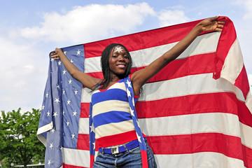 Fussballfan mit amerikanischer Flagge am Fussballplatz
