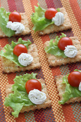 crackers with tomato and cream cheese