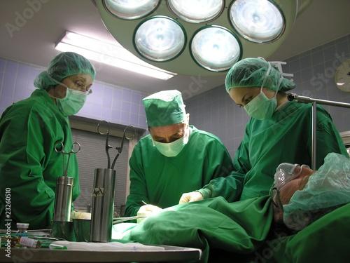 Patient wird in einem Krankenhaus am Bauch operiert