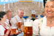 Pensionärin mit Bier