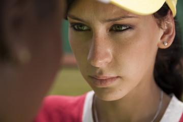 weisse Frau blickt dunkelhäutiger frau in die Augen nah