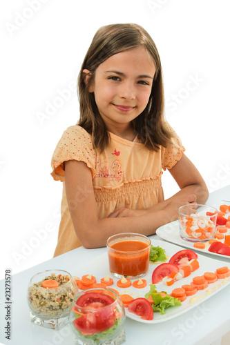 fillette fière de ses préparations culinaires