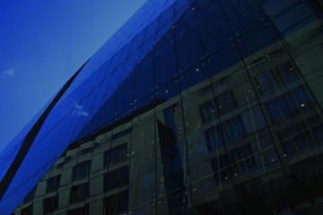 Lichtspiegelung an Glasfassade