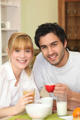 Portrait d'un couple prenant la petit déjeuner