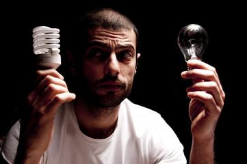 uomo con lampadine