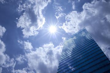 太陽とオフィスビル