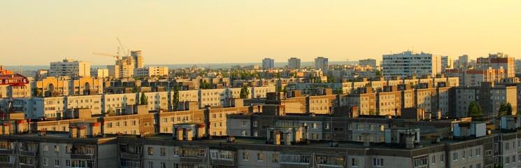 Вечерний городской пейзаж в лучах ближайшего солнца