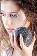 Frau mit schöne Fingernägel und Kugel blickt, hoch