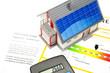 Haus mit Solarzellen, Taschenrechner und Energiepass
