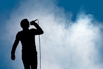 Konzertlicht mit Silhouette eines Sängers
