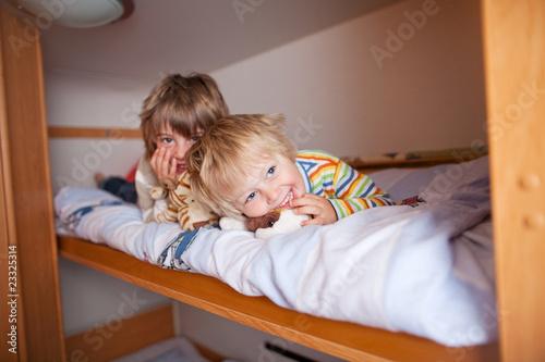 zwei brüder im wohnwagen - 23325314