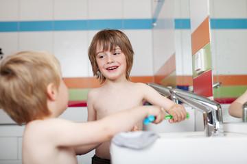 zwei jungen vor dem waschbecken