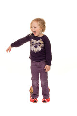 Kind mit grossen Schuhen. Symbol für Wachstum und Zukunft.