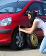 Frau mit einer Reifen Panne beim Auto