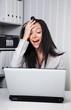 Eine junge Frau verzweifelt an einem Computer