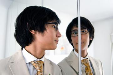 uomo elegante che guarda nello specchio