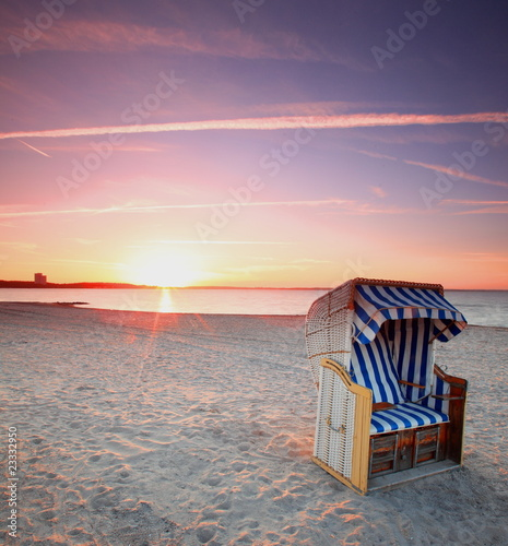 ostsee strandkorb im sonnenuntergang stockfotos und lizenzfreie bilder auf bild. Black Bedroom Furniture Sets. Home Design Ideas