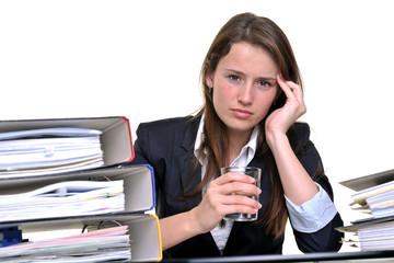 Junge Frau hat Kopfschmerzen im Büro