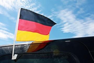 Deutschland-Fahne auf Auto