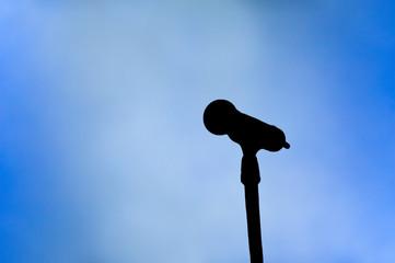 Konzertlicht mit Silhouette eines Mikrofons
