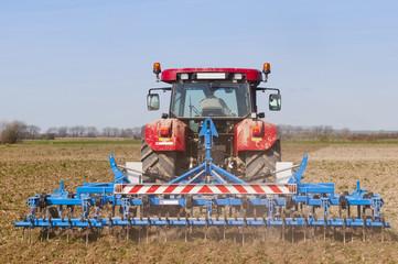 Tracteur passant le vibroculteur dans un champ