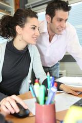 Directeur commerciale et assistante au bureau