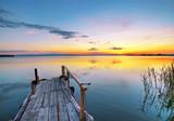 embarcadero en el lago de colores