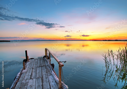 Deurstickers Pier embarcadero en el lago de colores