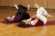 Zwei Frauen machen Gymnastik