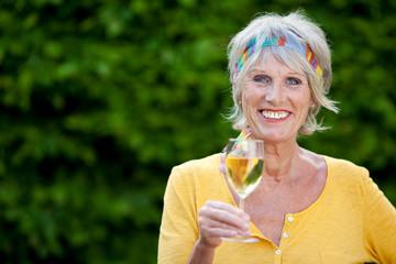 ältere frau mit weißwein
