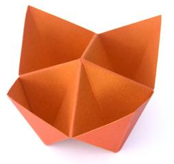 origami, salière en papier canson orange, fond blanc