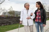 Jeune femme aidant personne âgée