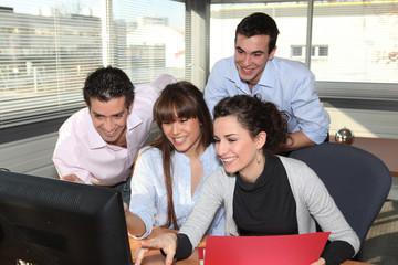 Groupe de commerciaux au bureau