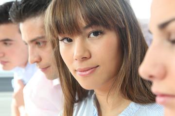 Portrait d'une jeune femme en réunion